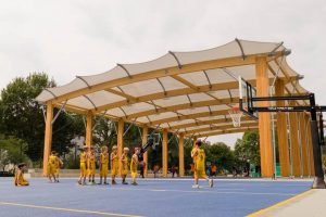 Construction d'un terrain multisports couvert, preosport, à Berlin (Allemagne), avec couverture en membrane textile et charpente bois